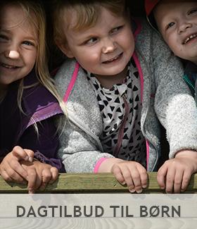 Børn der ligger side om side med teksten: Dagtilbud