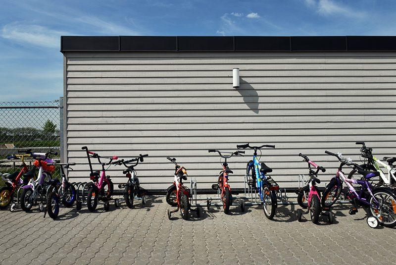 Børnecykler holdende ved cykelskur i Nørager