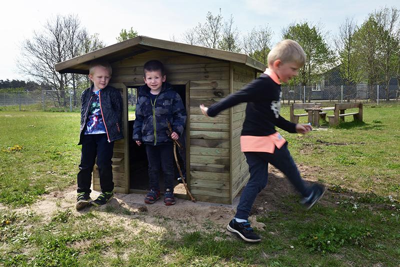 Drenge på legeplads