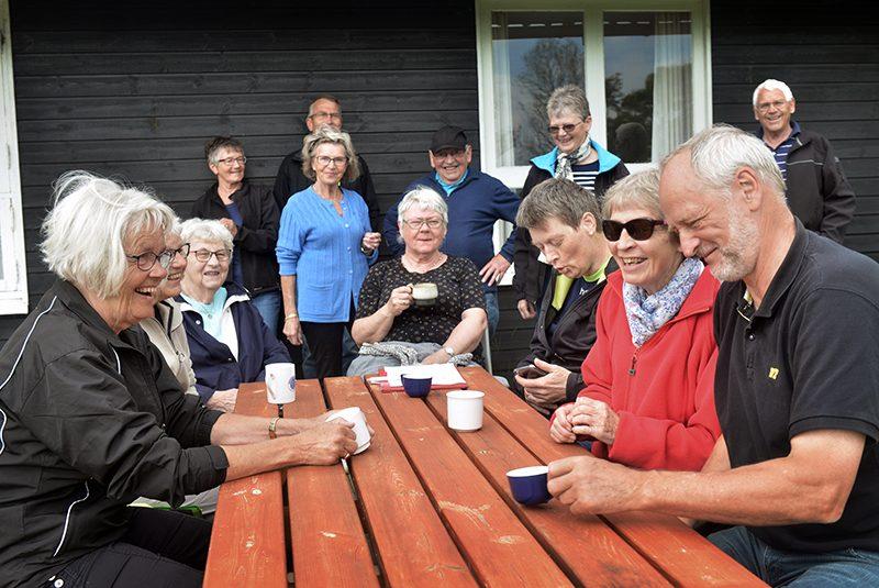Ældre mennesker, der sidder og snakker over en kop kaffe