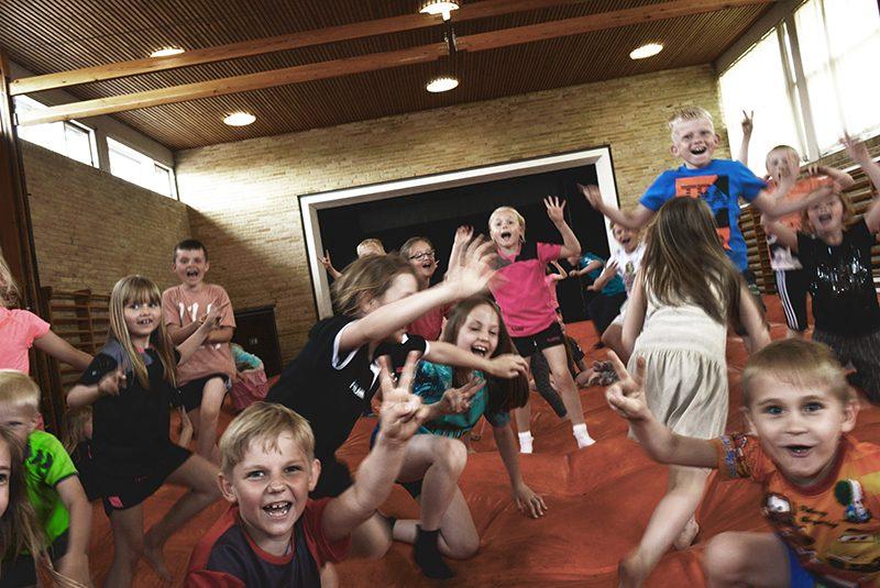 Børn der leger i en gymnastiksal