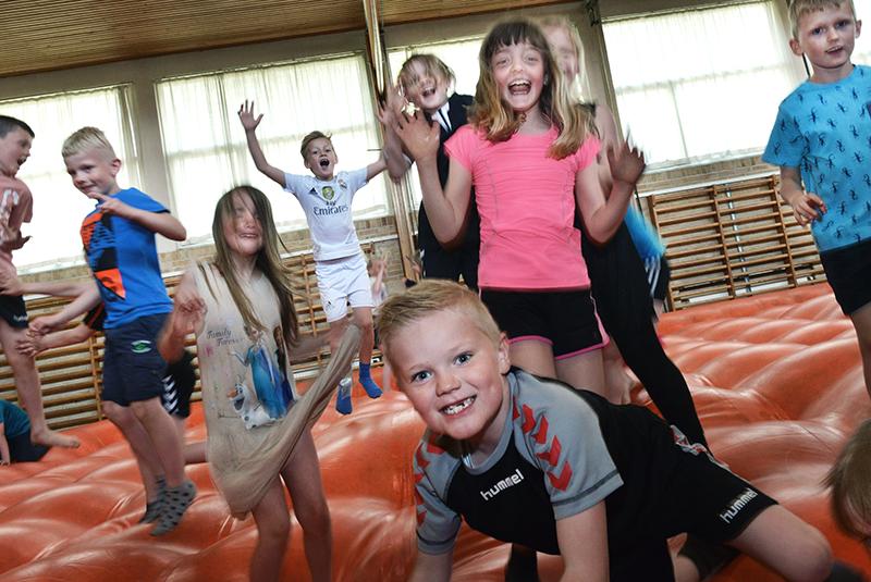 Børn leger og dyrker gymnastik