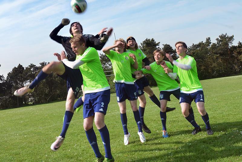 Unge mænd spiller fodbold