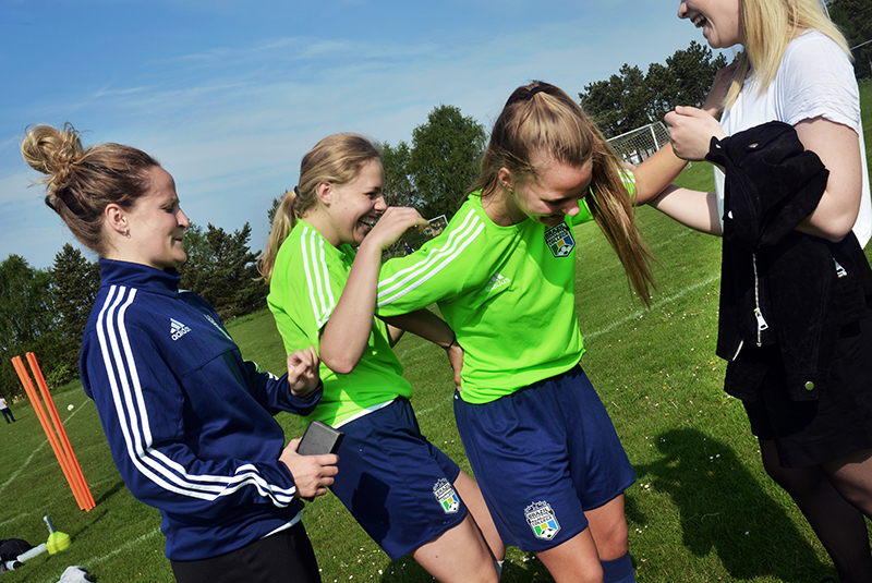 Piger dyrker sport og griner
