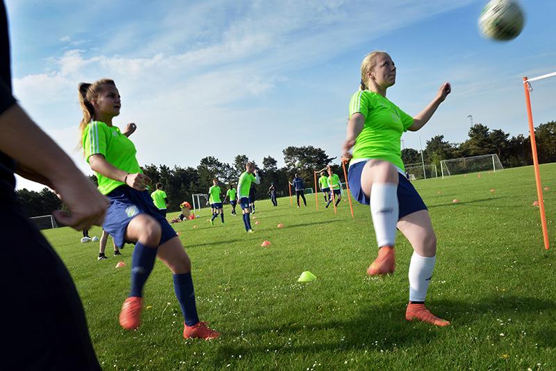 Piger spiller fodbold