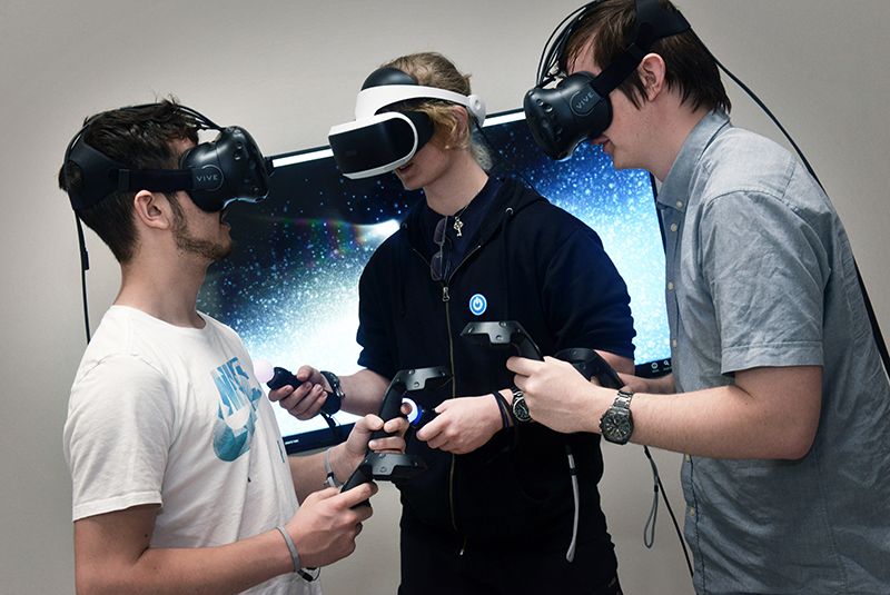 Tre unge med Virtual Reality-briller på