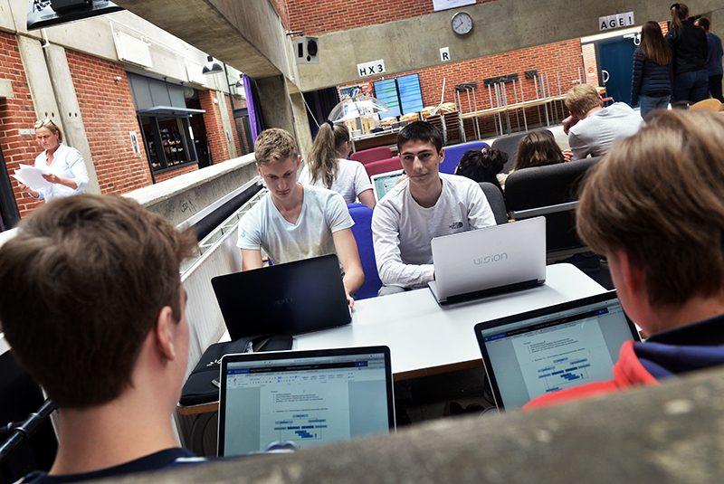 Unge arbejder ved computer
