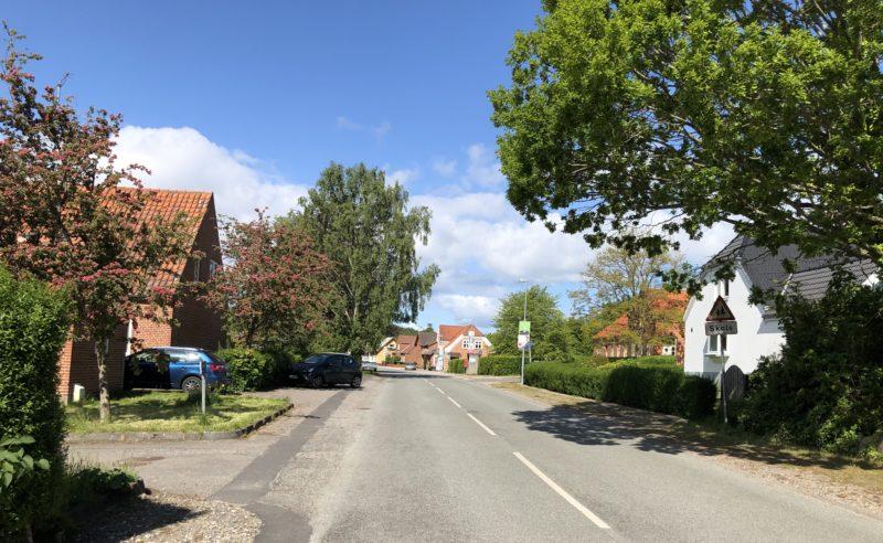 Huse på Stokkebro i Gjerrild om sommeren