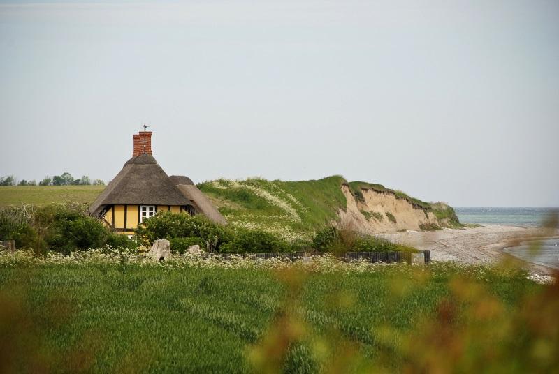 Bindingsværkshus med klint og strand