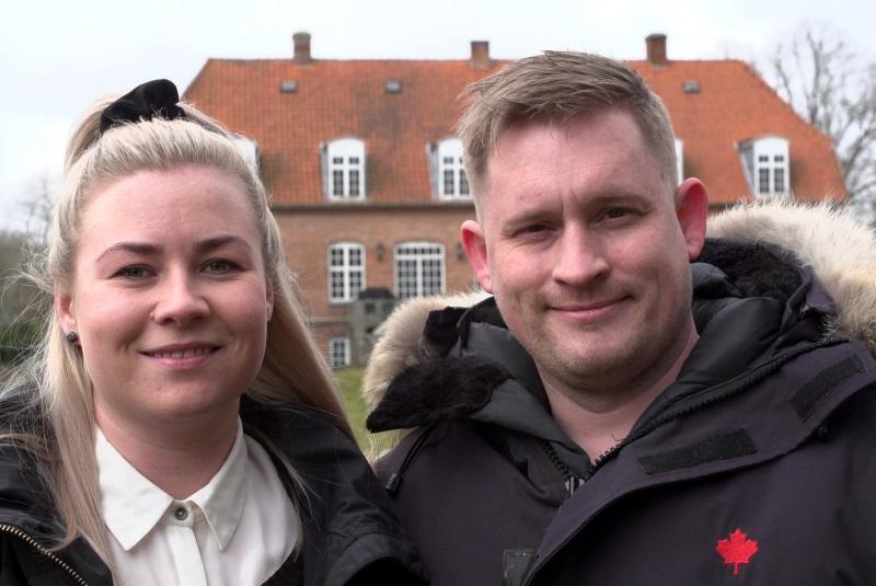 To tilflyttere: en mand og hans kone står foran deres herregård i Trustrup, Norddjurs Kommune