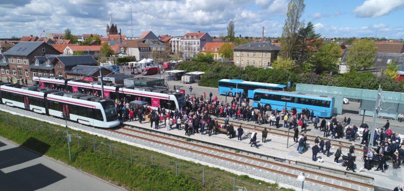 Grenaa Station med holdende letbanetog og mange mennesker